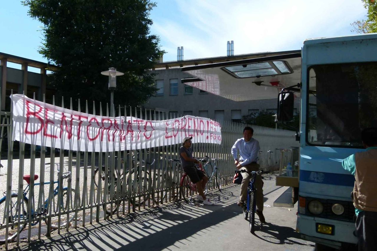 Autonegozio camioncino loreno tetti sctriscione studenti ph Massimiliano Mariani