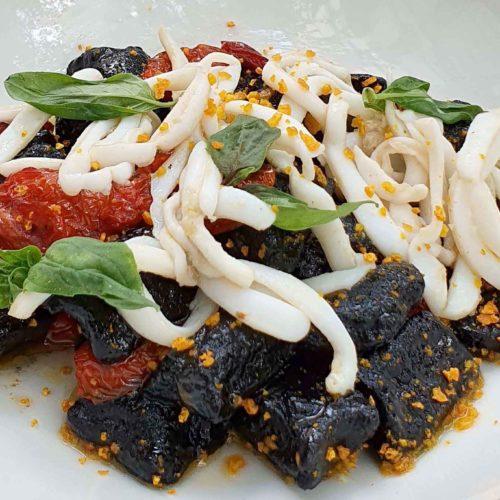 gnocchi di patate al nero di seppia con calamari ricetta estiva