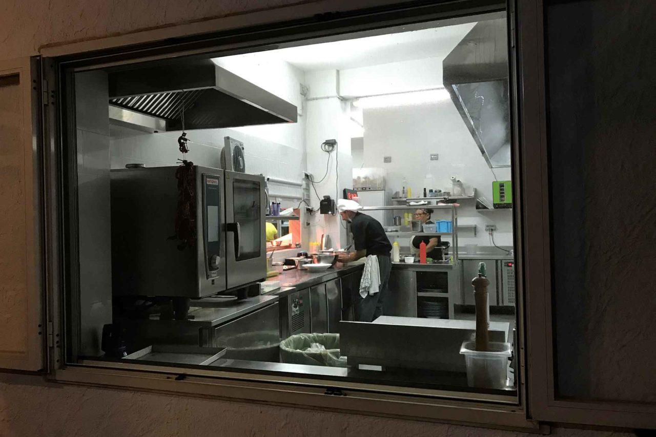 cucina del ristorante Suscettibile a Pioppi