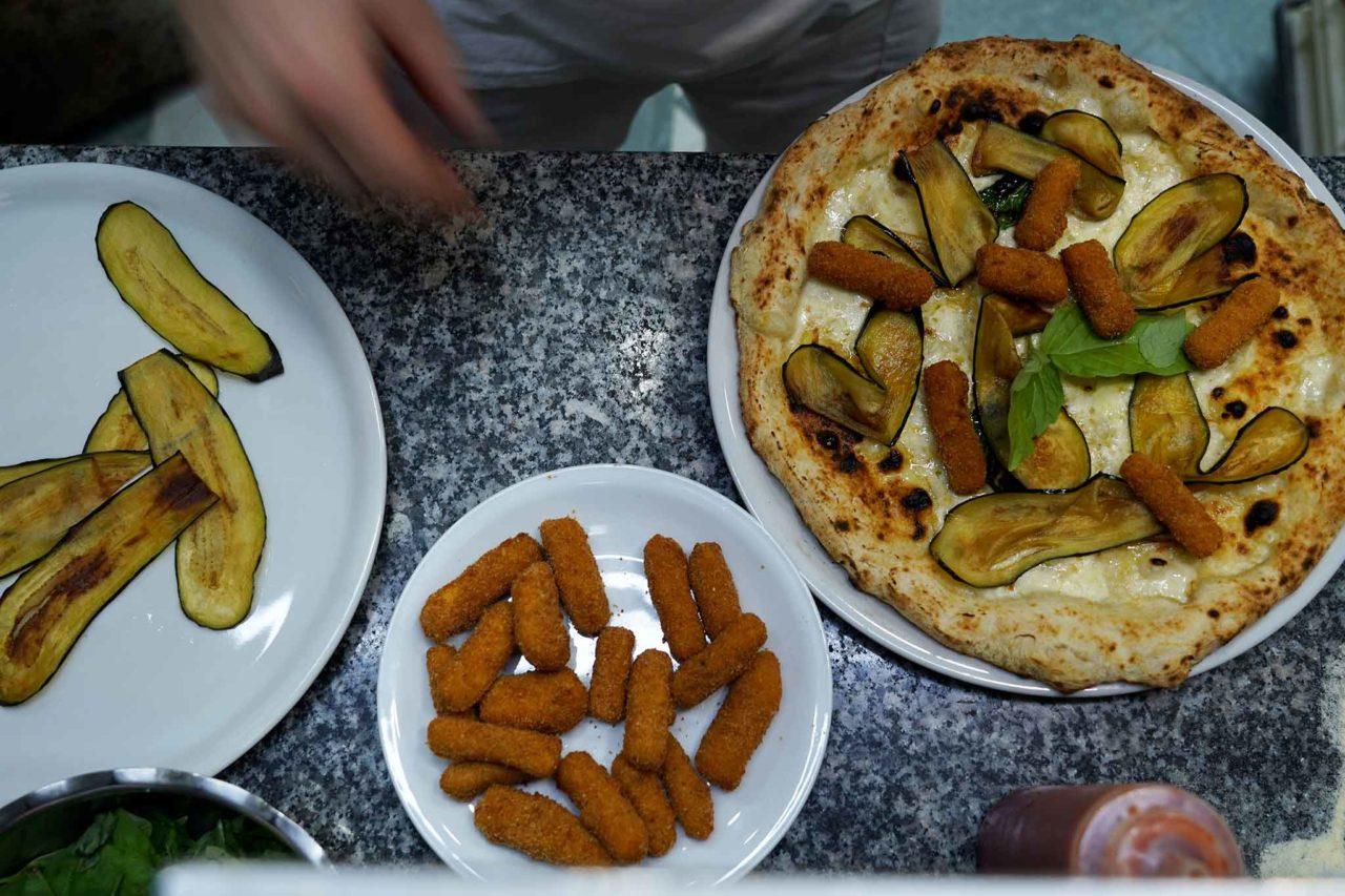 pizza Quartieri Spagnoli Nennella preparazione farcitura