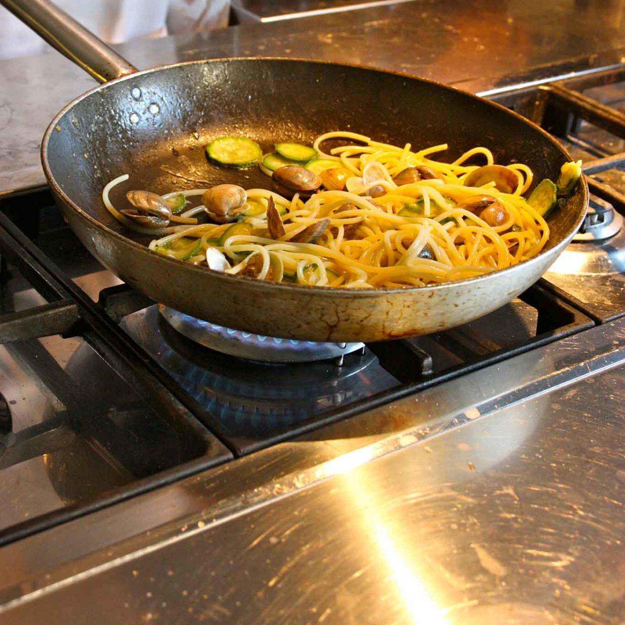 spaghetti con vongole e zucchine finitura in padella