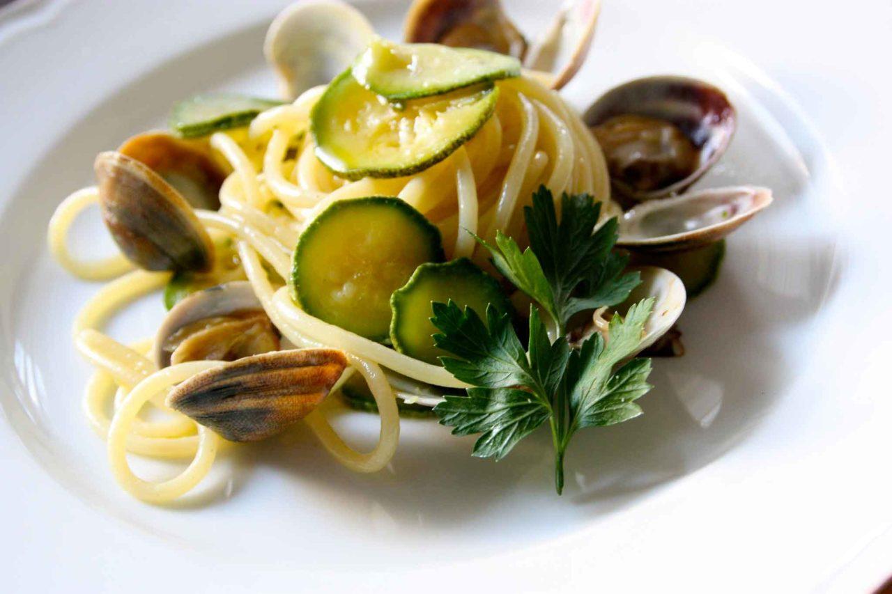 la ricetta degli spaghetti con vongole e zucchine