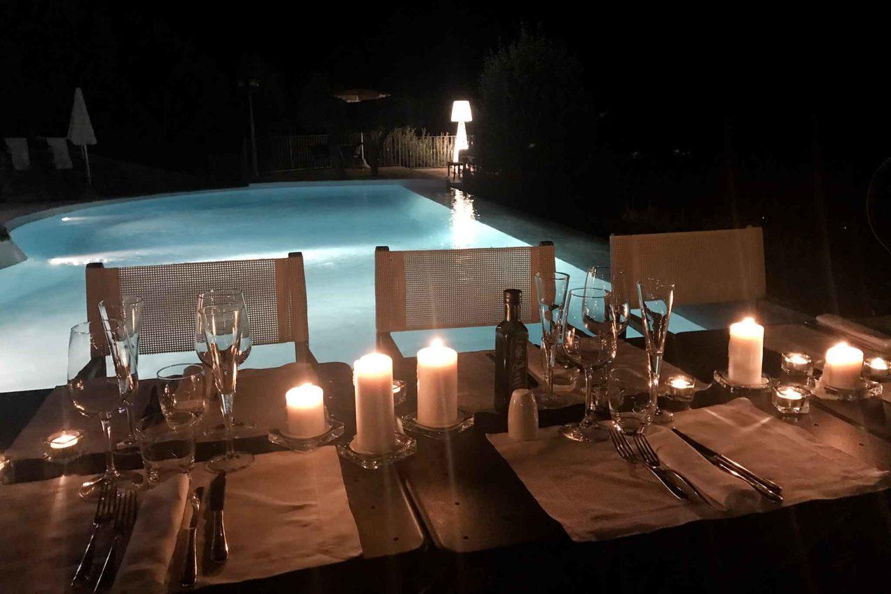 tavolo a bordo piscina Locanda Le Tre Sorelle Casal Velino ristorante di pesce in Cilento