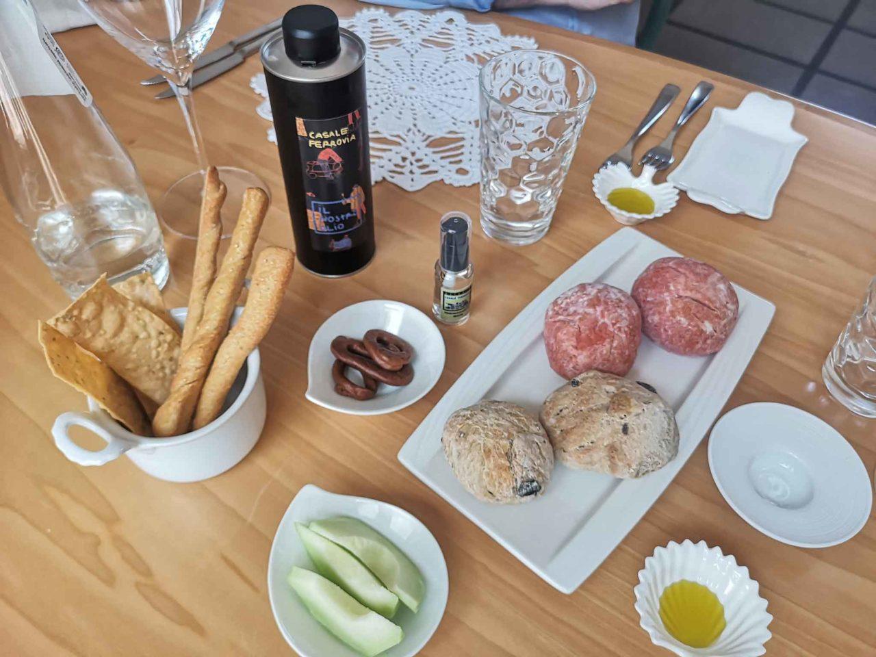 Osteria Casale Ferrovia Carovigno Puglia aperitivo della casa prima della parmigiana di melanzane e pasta