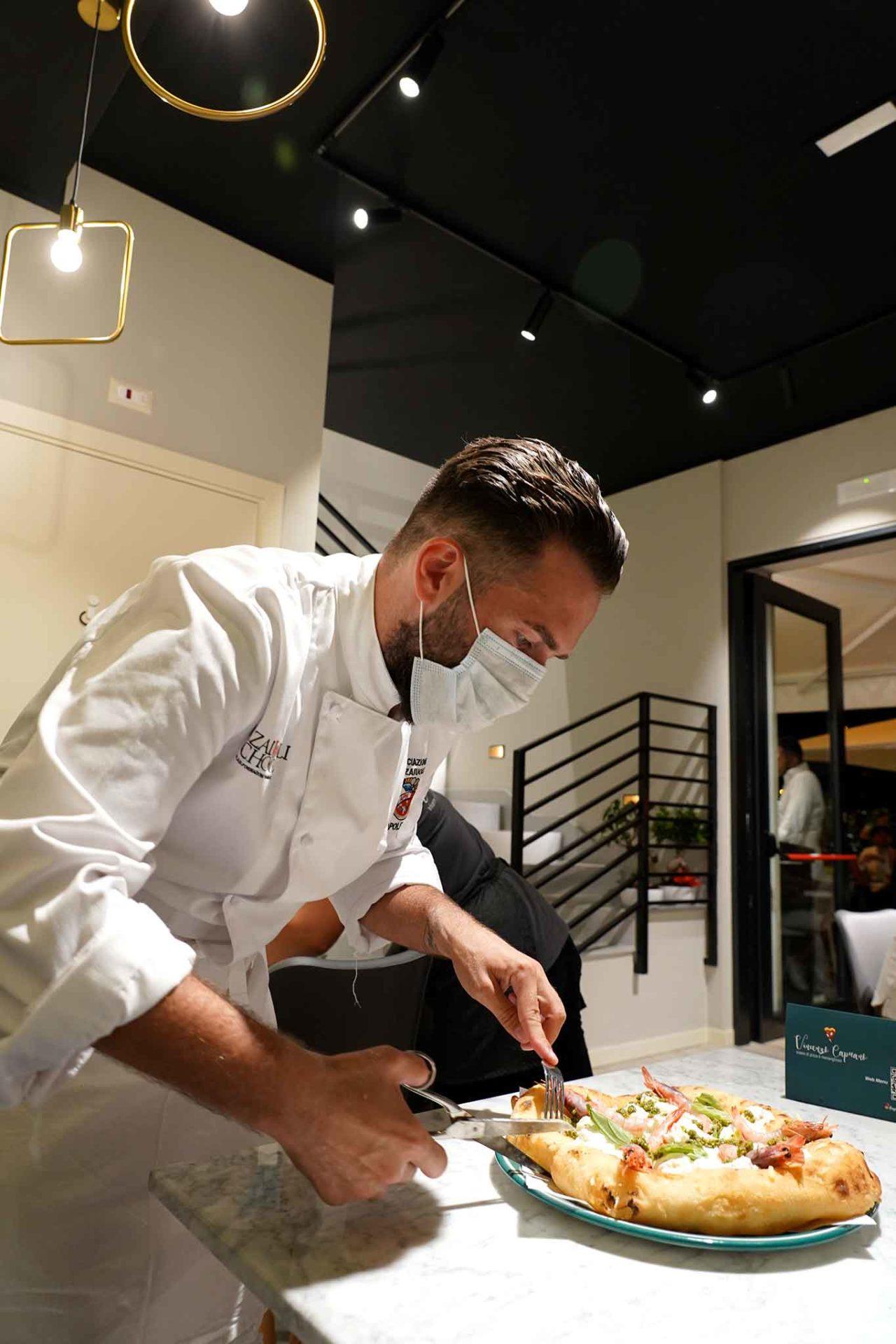 Vincenzo Capuano taglia pizza posillipina