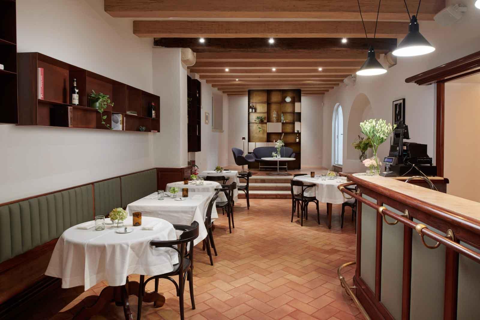 4 persone al ristorante interno lomo