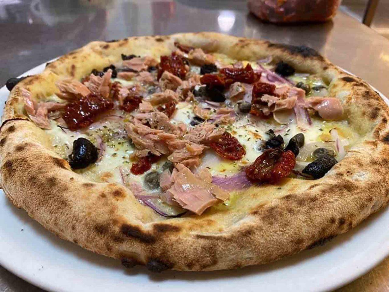 pizza tonno e cipolla pizzeria in un angolo di mondo Acireale Catania