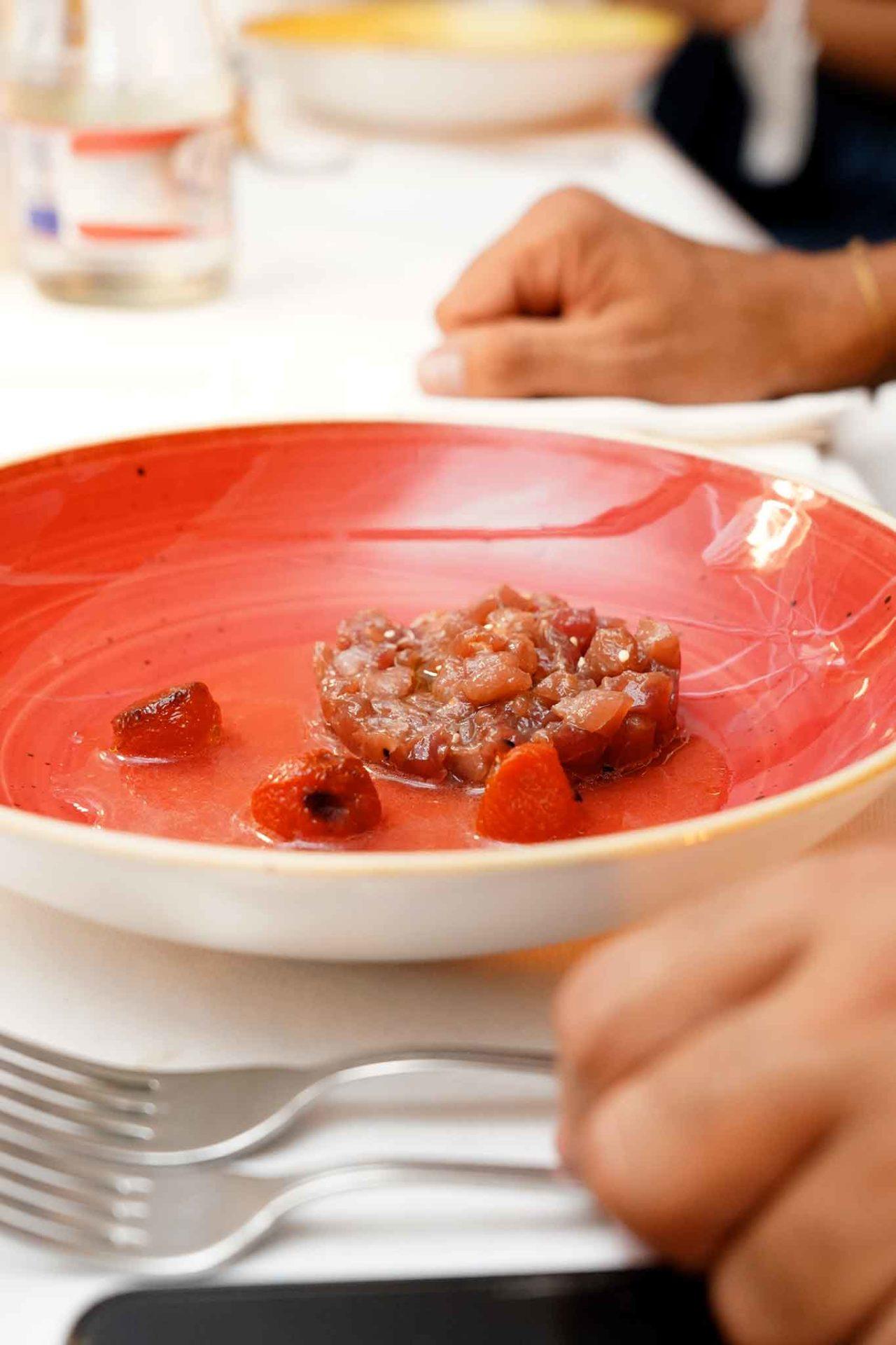 tartare di tonno Antonio Iacoviello con pomodori alla brace