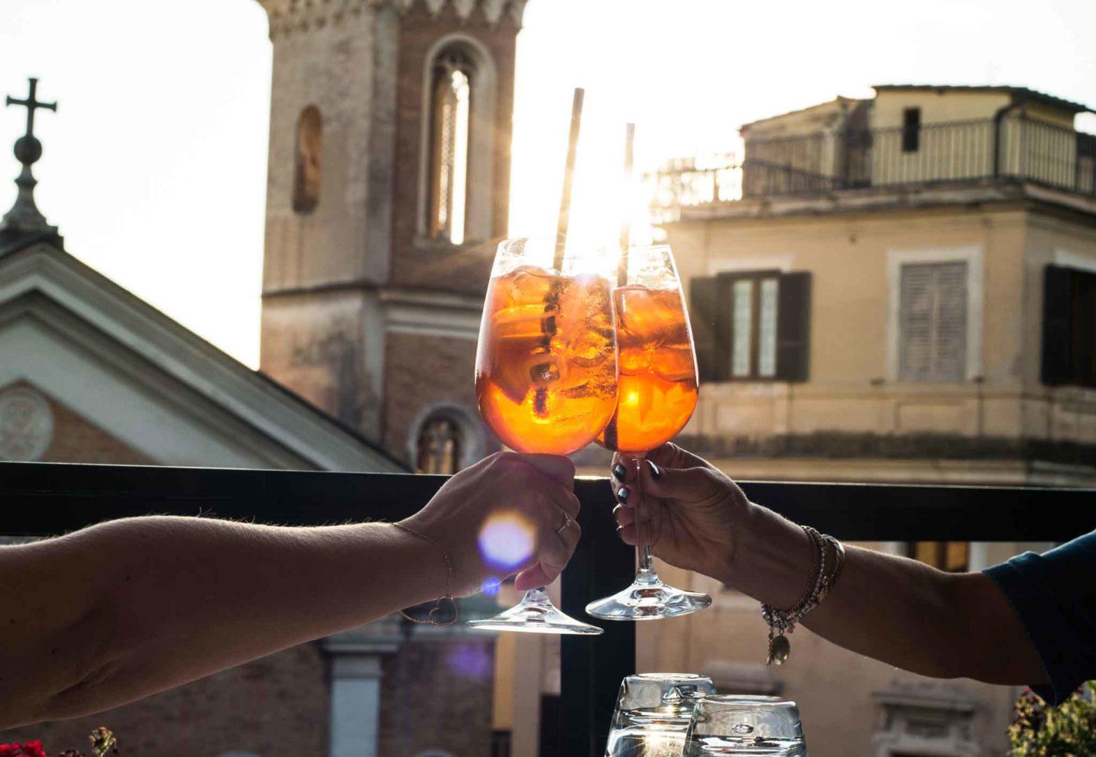 Aperitivo all'aperto Brindisi cocktail roma