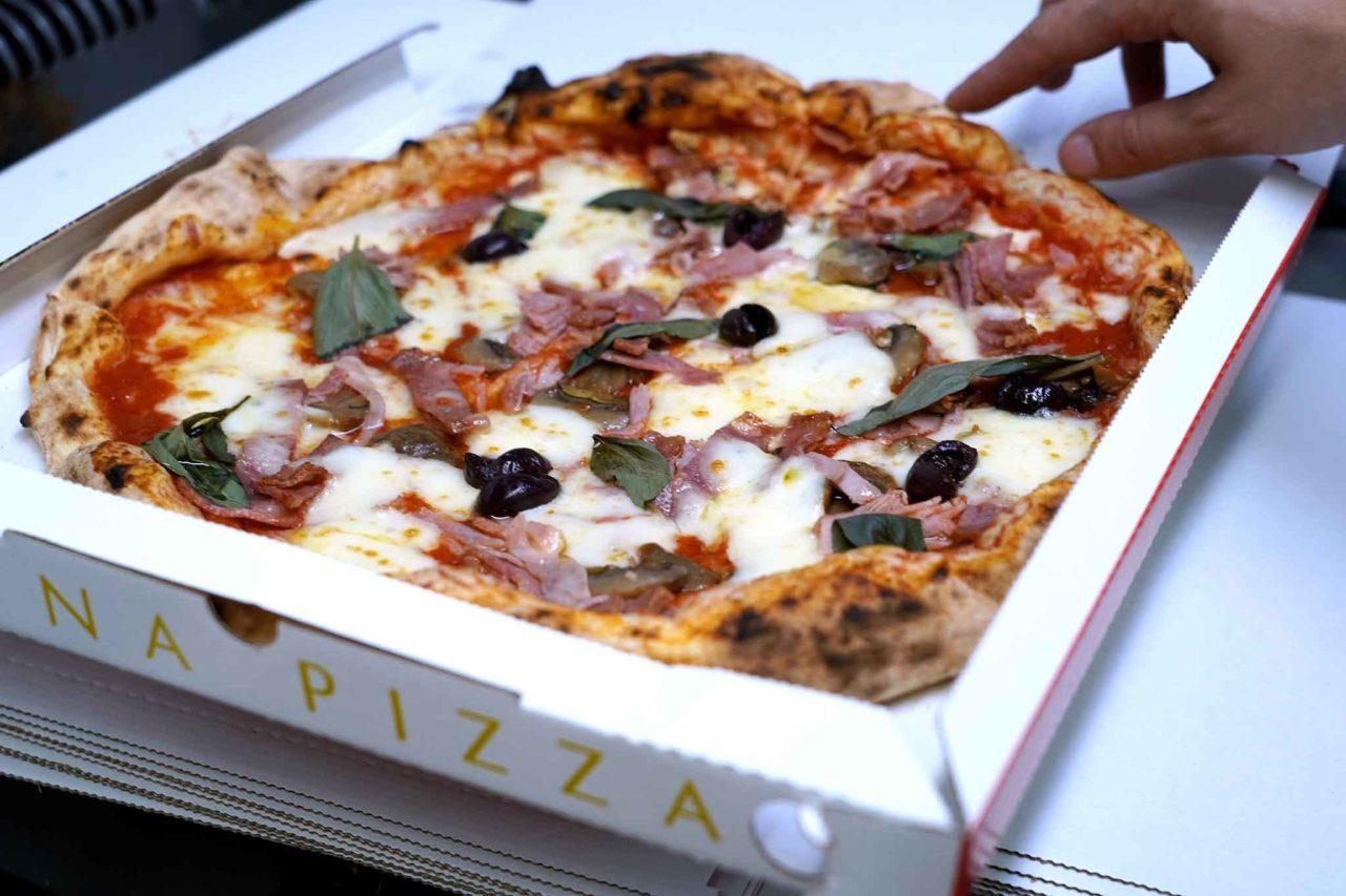 pizza capricciosa Gina Pizza fuoriesce cartone