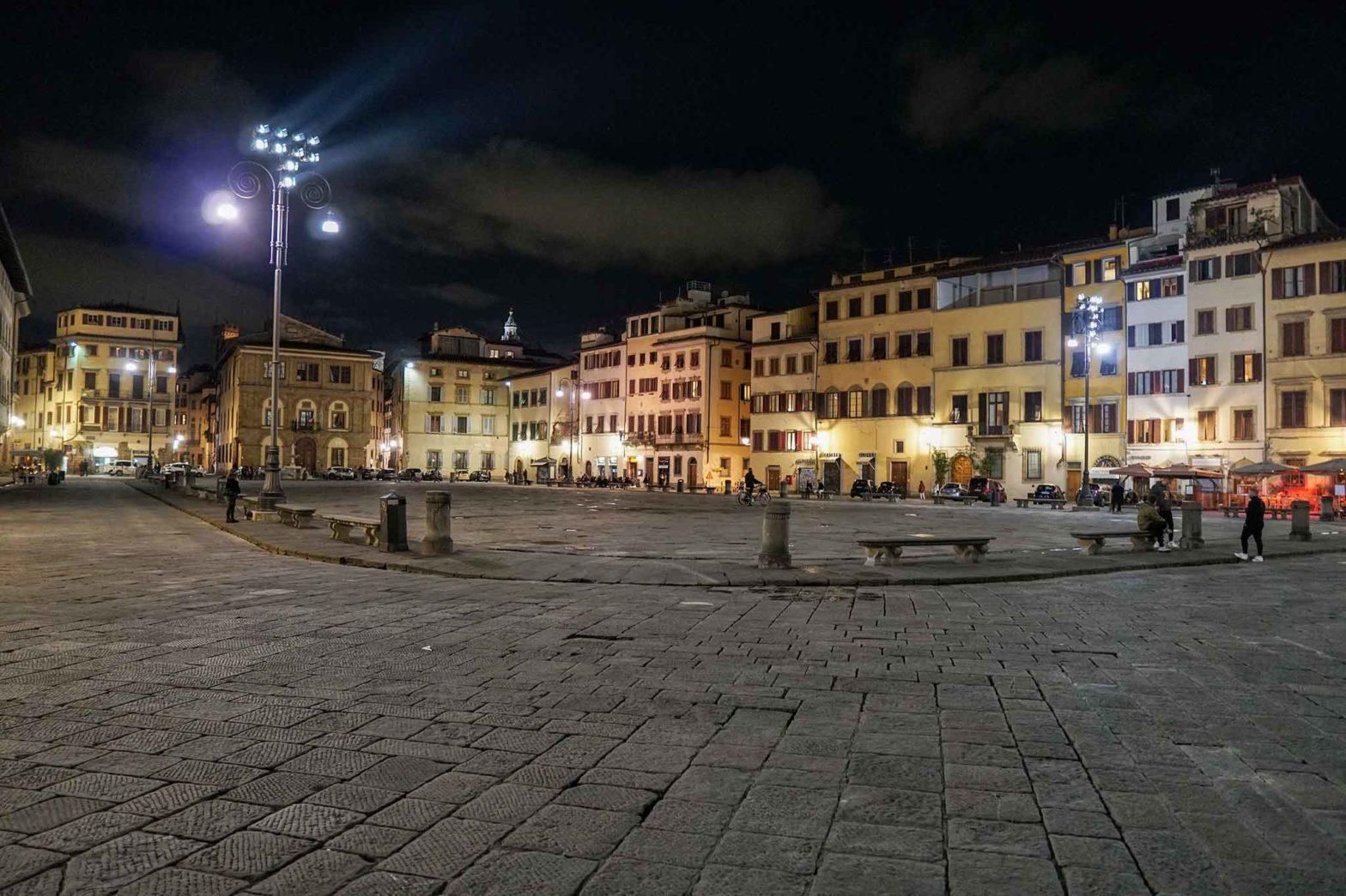 Decreto ristori coprifuoco piazza deserta notte