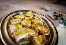 Frantoi Aperti assaggiando olio sul pane