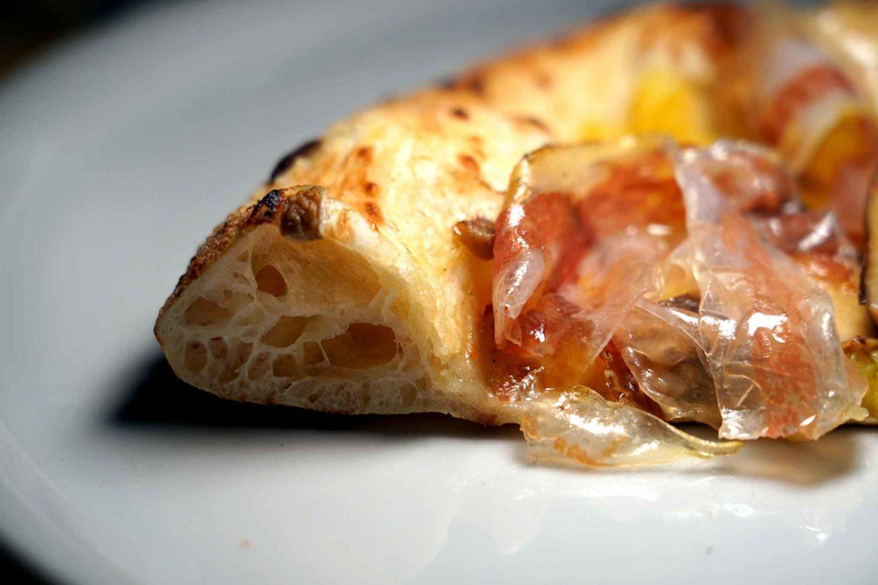Il cornicione della pizza alla pizzeria La Gatta Mangiona Roma