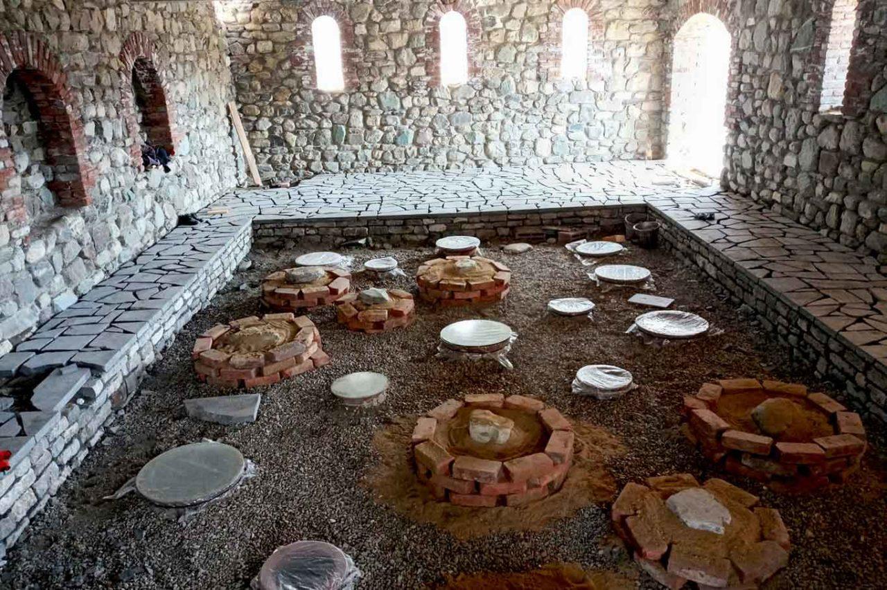 subterráneo tradicional qvevri en Georgia para la producción de vino de naranja