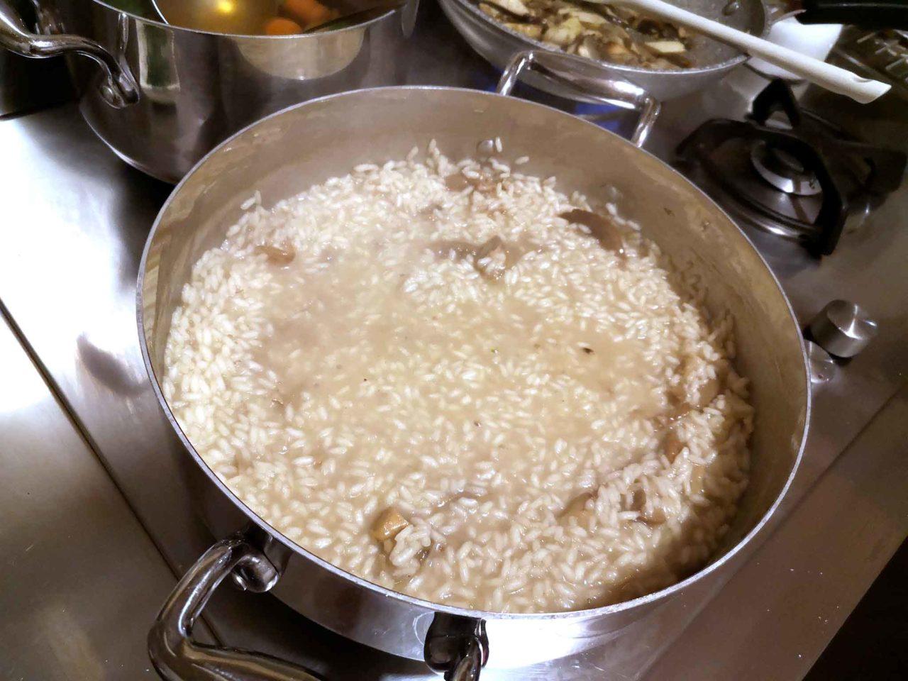 risotto con i funghi porcini preparazione