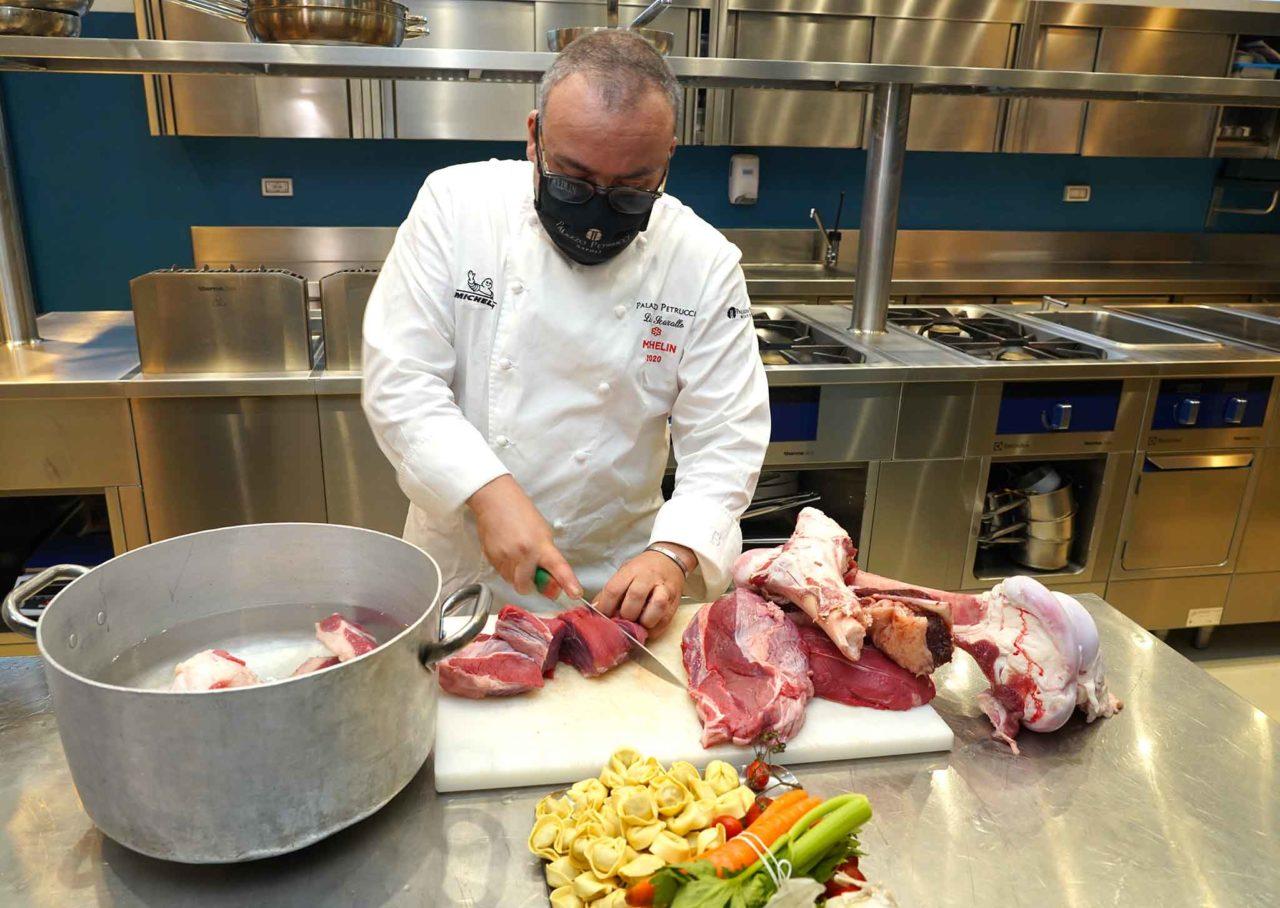 Lino Scarallo taglia la carne per il brodo