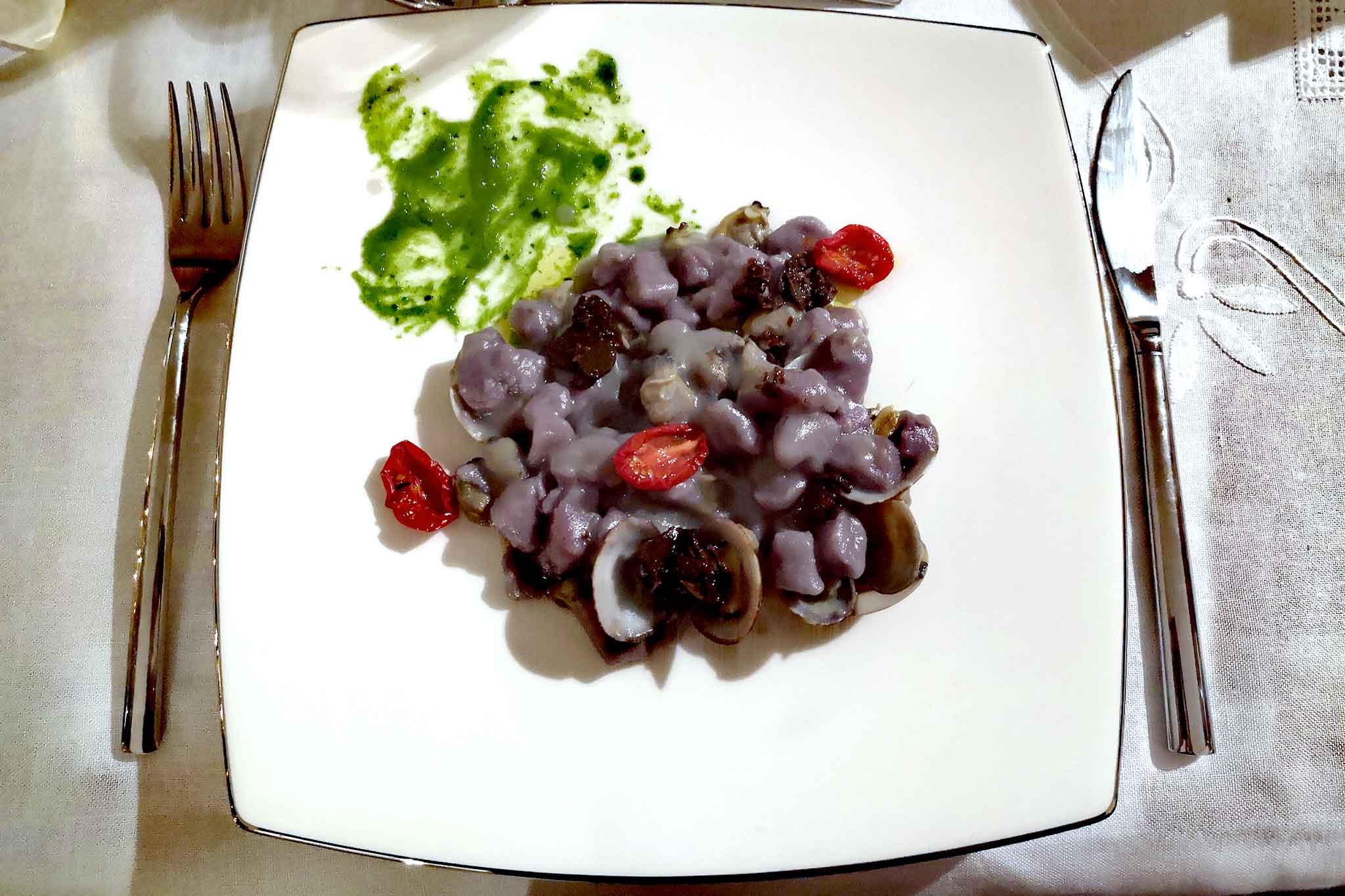 gnocchi di patate viola con vongole e tartufo