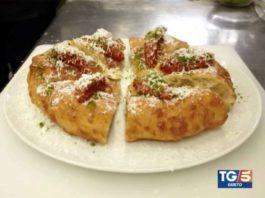 pizza fritta Franco Pepe con mozzarella di bufala congelata