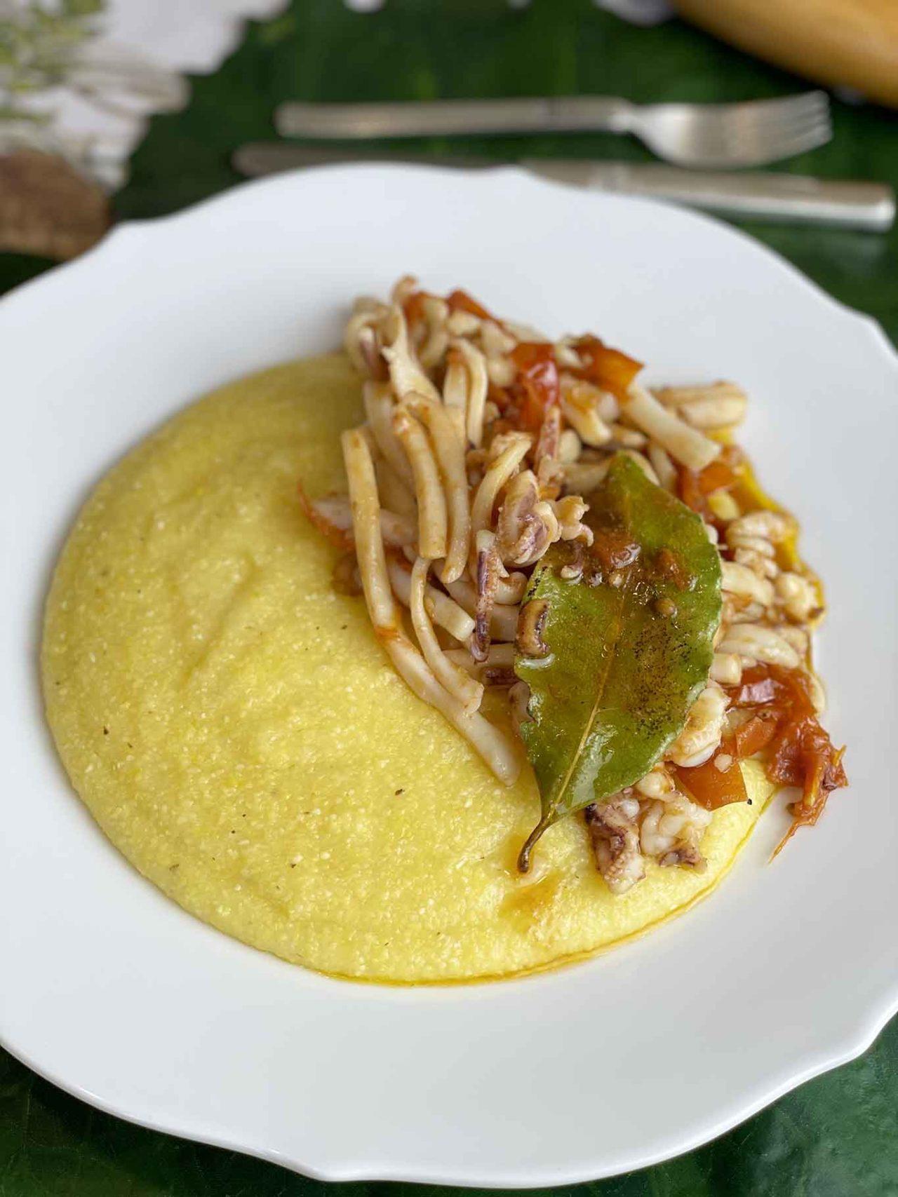 piatto di polenta con i calamari