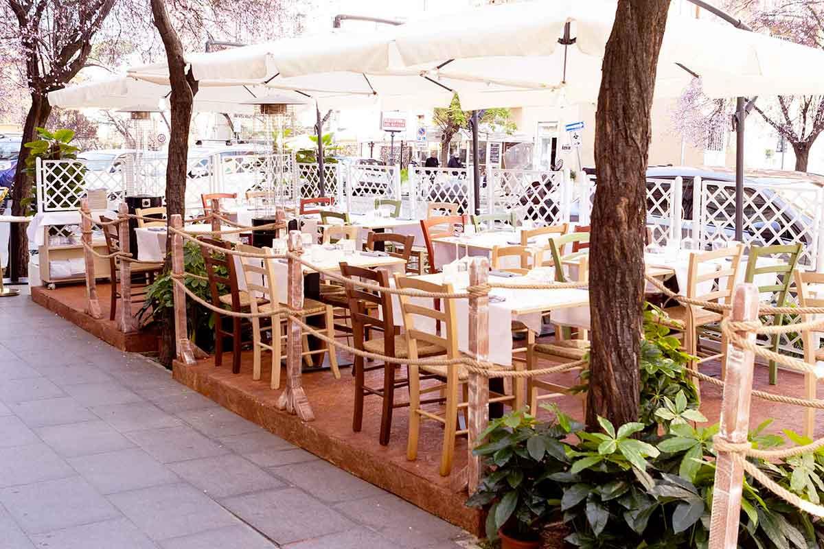 ristoranti aperti con tavoli all'aperto