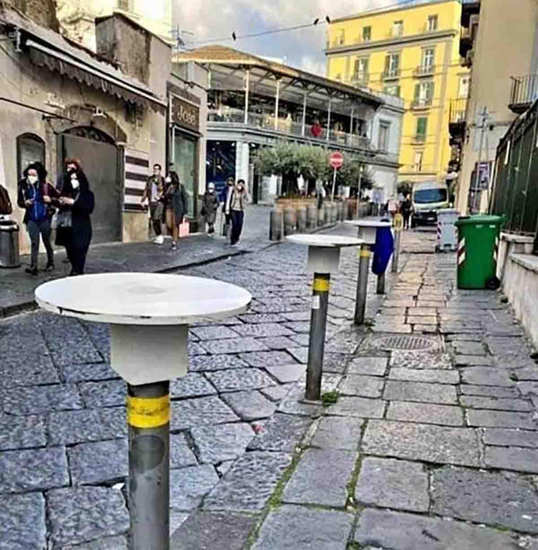 tavolini del bar sui paletti a Napoli