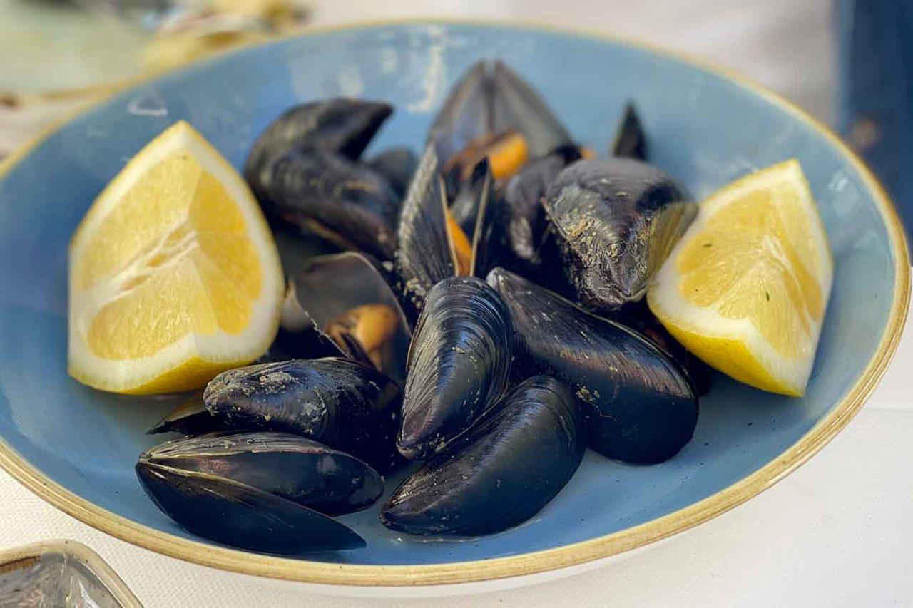 cozze per impepata e scialatielli ai frutti di mare