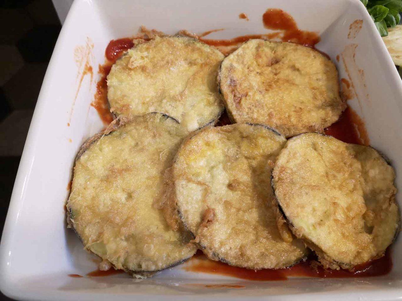 parmigiana di melanzane indorata e fritta preparazione