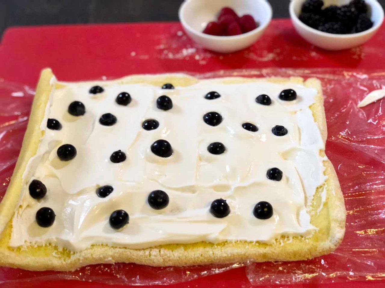 crema e frutti di bosco su biscuit