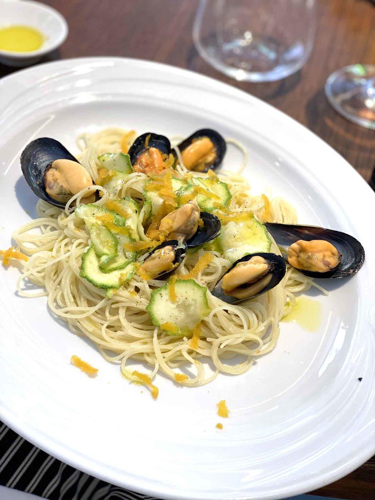 Acciuga ristorante di pesce a Roma superspaghettini cozze e zucchine