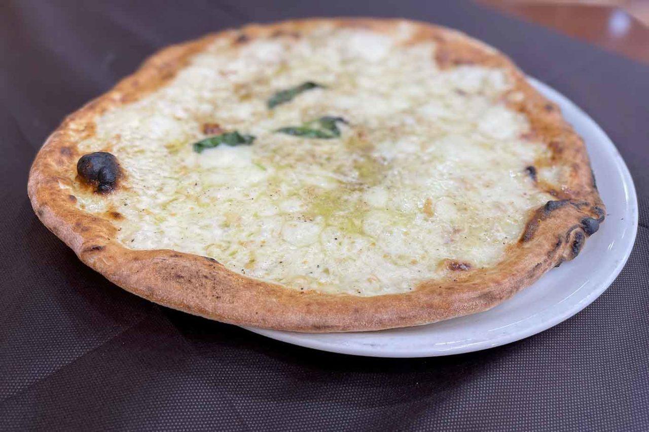 Pizzeria del Popolo Napoli pizza bianca con pepe