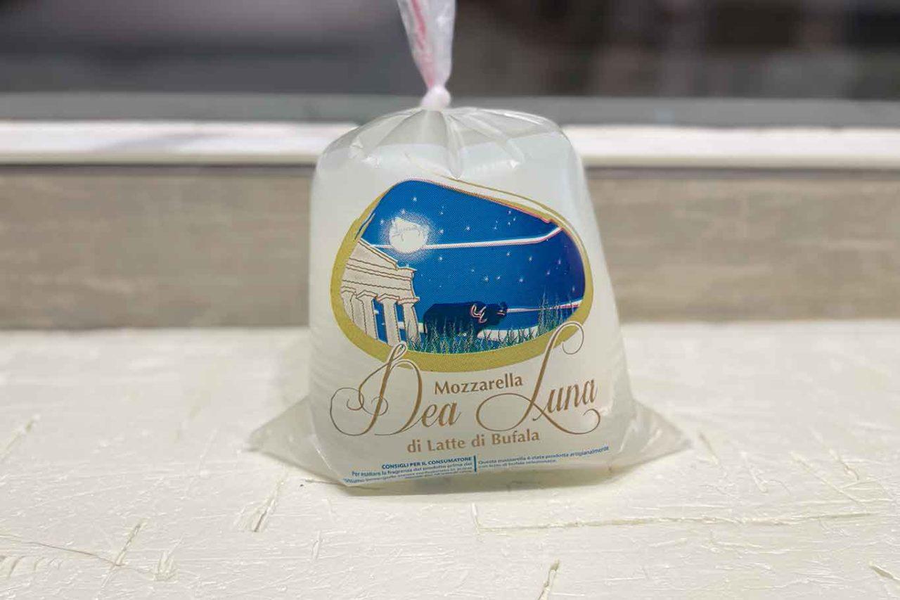 mozzarella latte di bufala caseificio Dea Luna
