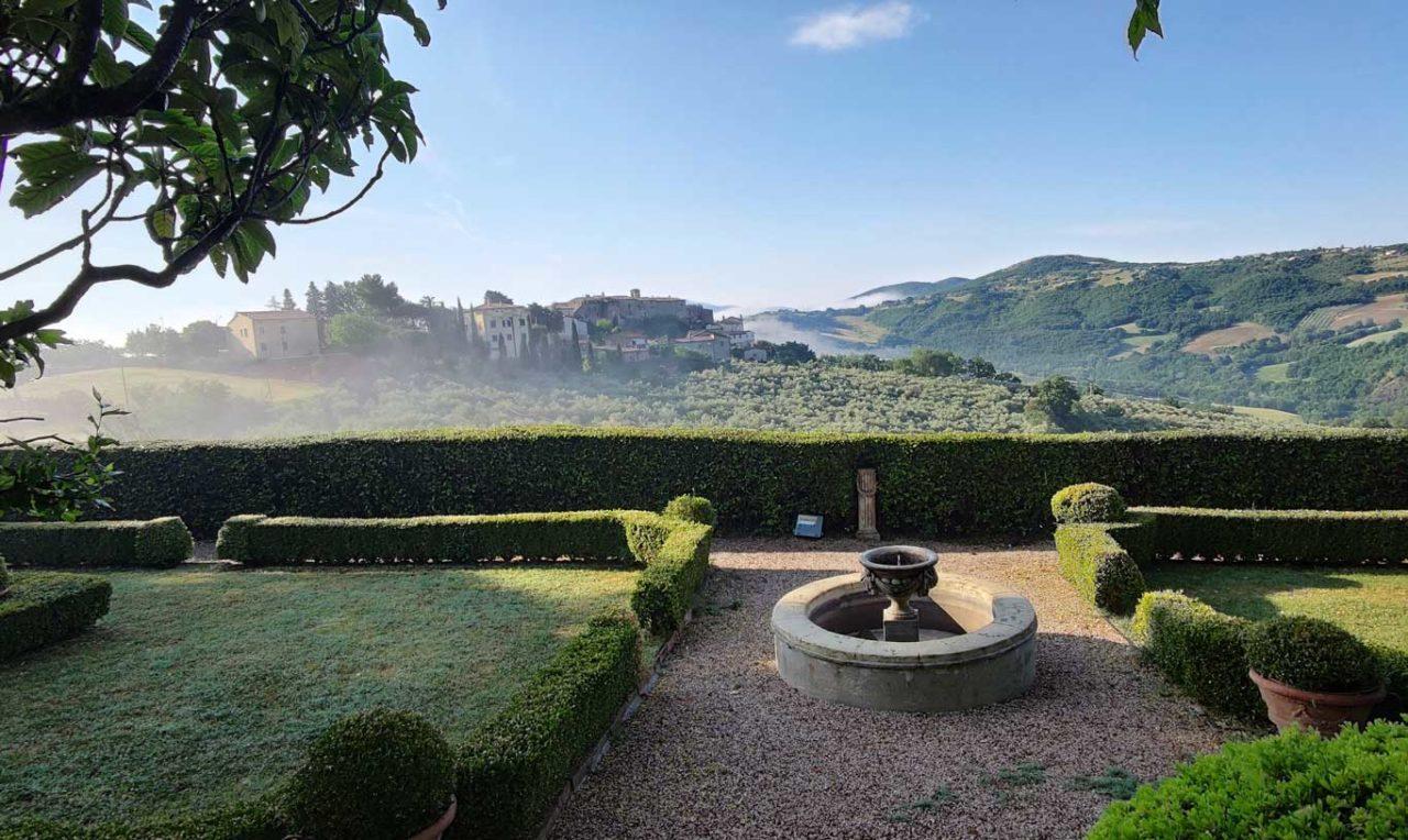 Giardino e belvedere dal wine resort La Ghirlanda Sagrantino