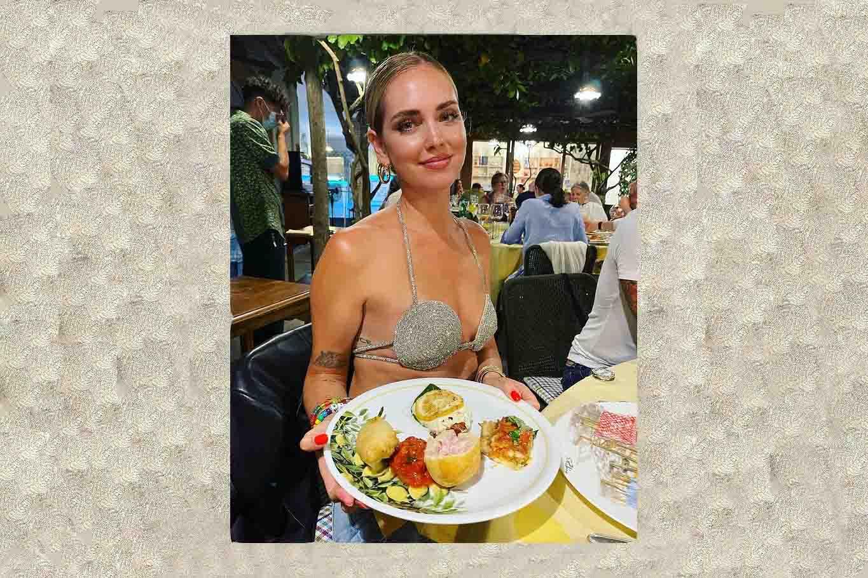 Chiara Ferragni al ristorante in reggiseno