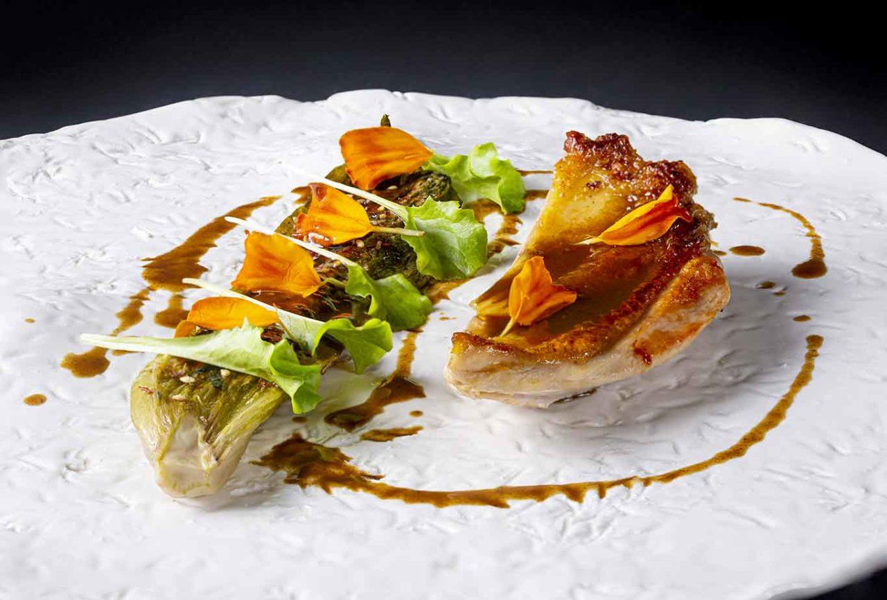 giovane cucina a Ischia: pollo