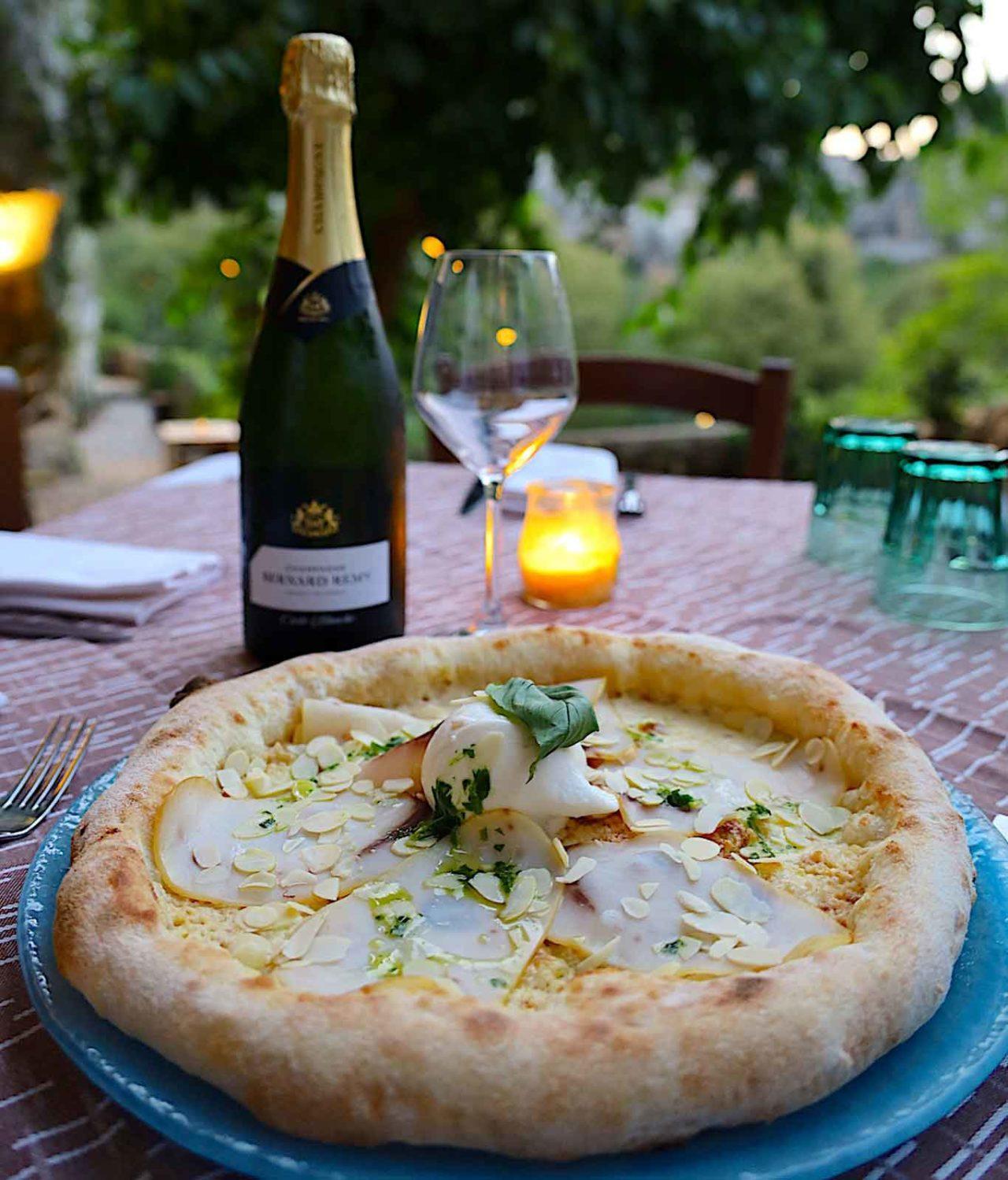 pizza Focallo della pizzeria Caveau celebrata da Selvaggia Lucarelli