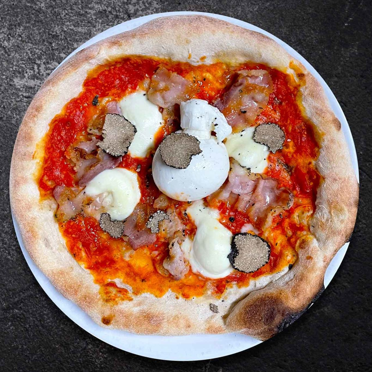 pizza Larderia della pizzeria Caveau celebrata da Selvaggia Lucarelli