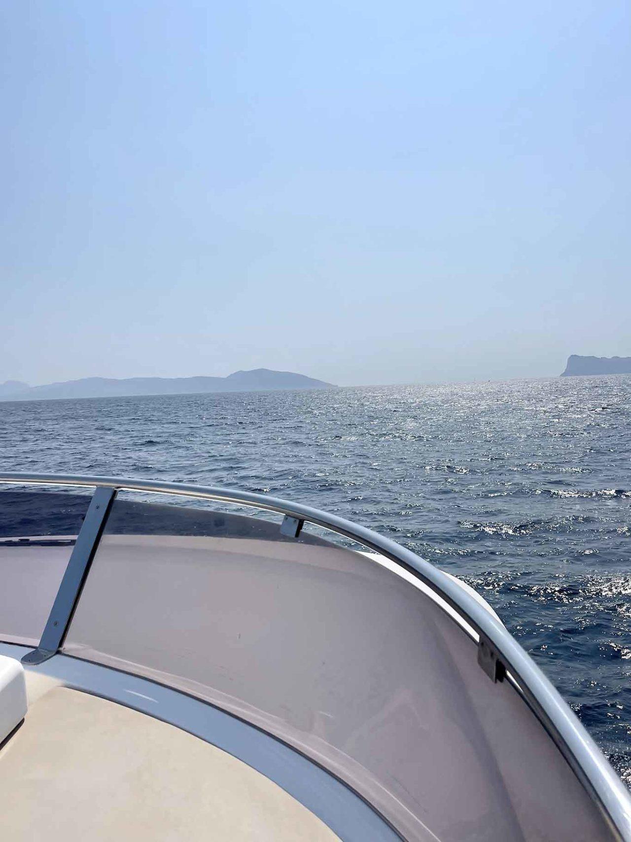 barca sul mare della costiera sorrentina