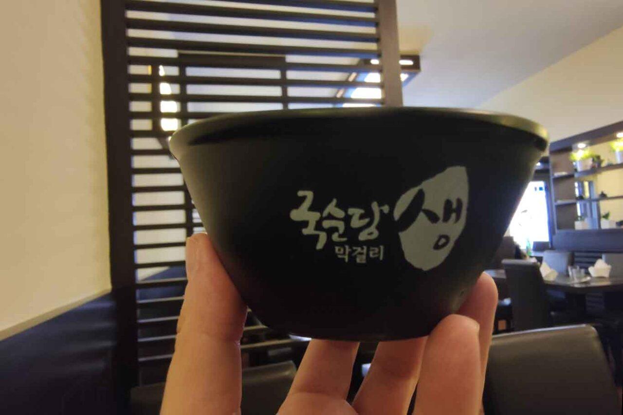 tazza tradizionale per il makgeolli nel ristorante coreano di Roma